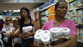 Venezuelanos estocam papel higiênico. Foto: Reuters