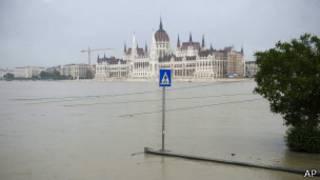 Подъем воды в реке Дунай в районе Буда