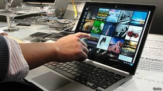 Pessoa vendo várias fotos no computador. Foto: Getty