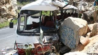 Hiện trường xe đâm vào vách núi (ảnh của báo Thanh Niên)