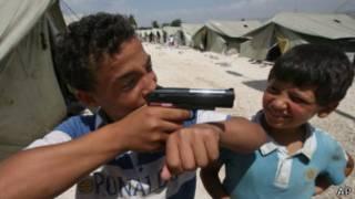 لاجئان سوريان