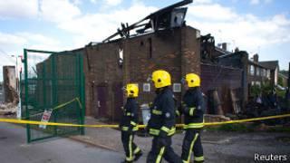 Пожарные на месте пожара в исламском центре в Мазвелл-хилле 5 июня 2013 года