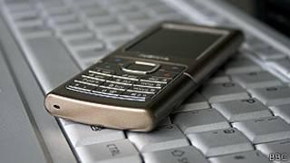 Мобильный телефон и клавиатура
