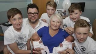 Karen Rodger con sus tres pares de mellizos