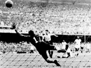 Schiaffino chuta por cima do goleiro Barbosa e marca o primeiro gol do Uruguai em 16 de julho de 1950 (AFP/Getty)