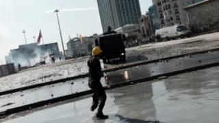 Polis Taksim Meydanı'ndaki göstericileri dağıtıyor