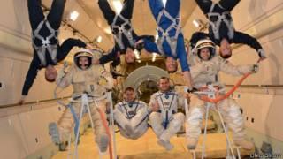 Космонавты в невесомости