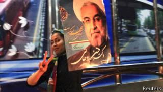 Сторонница Рухани с плакатом