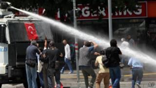 Разгон демонстрантов в Анкаре