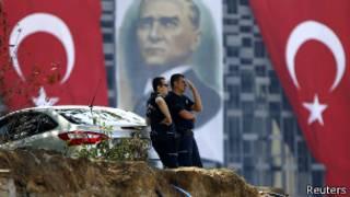 Полицейские у входа в парк Гези