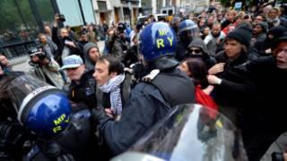 Londra polisi protestocuları dağıtıyor