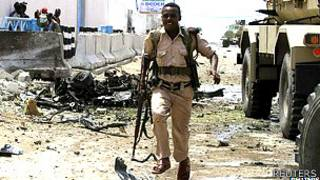 Un guardia de seguridad tras el ataque contra el complejo de la ONU en Somalia