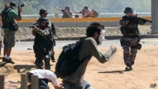 Confronto entre policiais e manifestantes em Fortaleza | Foto: AP
