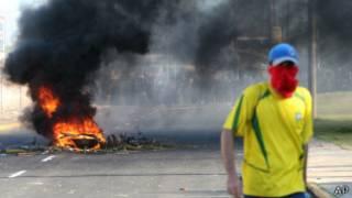 Manifestante participa de protesto próximo ao Castelão, em Fortaleza (foto: AP)