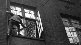 Hombre entrando por una ventana