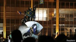 Manifestantes no Itamaraty, nesta quinta-feira (Reuters)