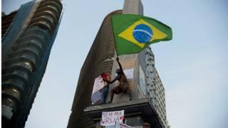 Seorang pengunjuk rasa di Brasil