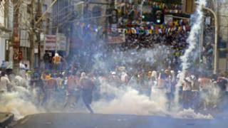 Manifestantes bloqueiam acesso a estádio Fonte Nova em Salvador (AFP/Getty Images)