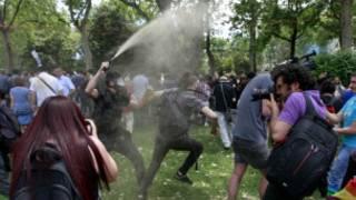 الشرطة ترش المتظاهرين بالمياه