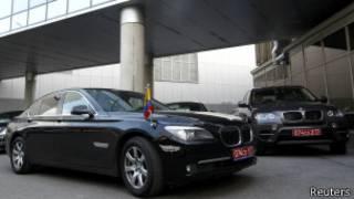 厄瓜多尔驻俄国使馆的车辆停在莫斯科机场,斯诺登居信已经降落。