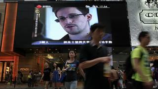 Pantalla de TV en Hong Kong muestra imagen de Edward Snowden