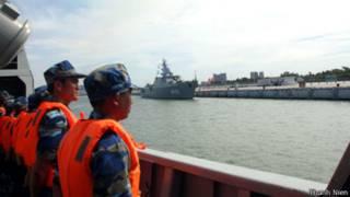 Tàu hộ vệ tên lửa của Việt Nam vào cảng Trạm Giang (ảnh của báo Thanh Niên)