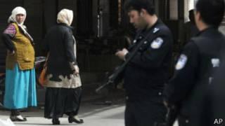Женщины и полицейские в Кашгаре
