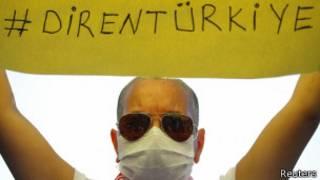 Manifestante com cartaz na Praça Taksim, em Istambul | Foto: Reuters