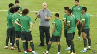 Seleção brasileira treina no Maracanã   Foto: AP