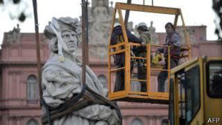 Estátua de Colombo é retirada de pátio da Casa Rosada, na Argentina (foto: AFP)
