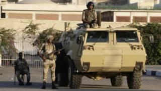 Quân đội tuần tra trên đường phố Cairo