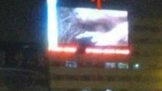 Hình ảnh về bộ phim được phát trên màn hình rộng