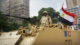 Tanque patrulha as ruas do Cairo após golpe que derrubou Mohammed Morsi (BBC)