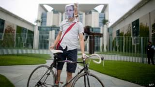 Активист в маске с лицом Сноудена