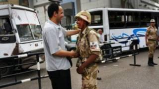 سرباز مصری با رهگذری دست می دهد