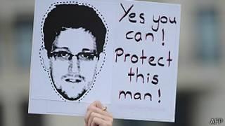 Плакат с портретом Эдварда Сноудена