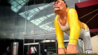 Статуя гориллы в костюмом Фредди Меркьюри