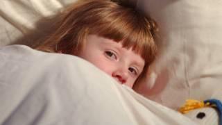 儿童在睡床上