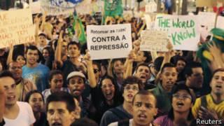 Manifestantes em São Paulo | Foto: Reuters