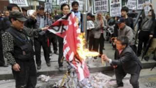 韩国反日示威者焚烧日本军旗