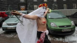 Femen попытались поздравить президента Украины в днем рождения в декабре 2010 года