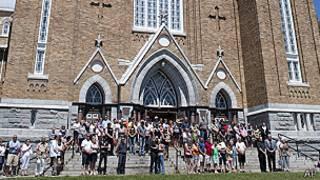 Gente en una iglesia