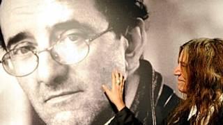 La cantante Patti Smith con un afiche de Roberto Bolaño. Foto Getty Images.