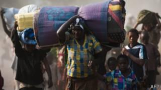 Congoleses deixando a periferia de Goma no dia 15 de julho   Foto: AFP