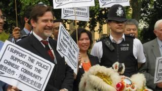 左起:巴里·加德納、英國華人參政計劃主席李貞駒、倫敦唐人街執勤警員