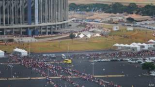 Torcedores fazem fila diante do estádio Mané Garrincha em Brasília | Foto: ABr