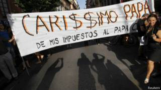 Protestos contra gastos públicos com a visita do papa Bento 16 a Madri, em 2011 | Foto: Reuters