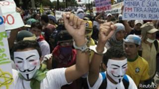 Протестующие в Бразилии в масках Гая Фокса