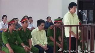 Nguyễn Quốc Phú (người đứng) và Nguyễn Tuấn Vũ