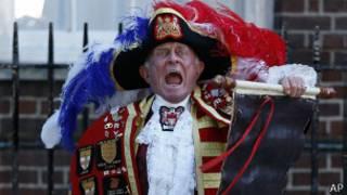 Arauto da monarquia britânica anuncia o nascimento do bebê real em Londres